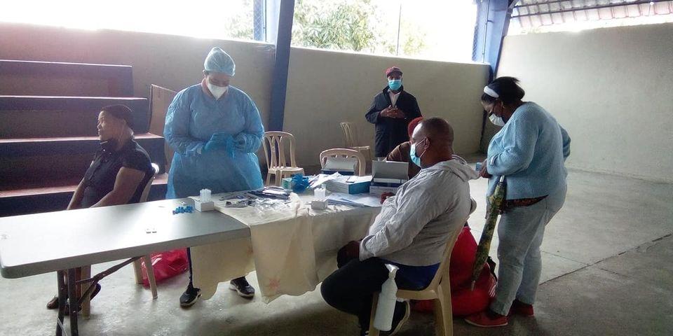 Dirección Provincial de Salud Barahona y Ayuntamiento de Polo realizan Operativo de Prueba Rápida de Covid-19. Esta actividad se está llevando a Cabo en Multiuso Deportivo de esta comunidad.